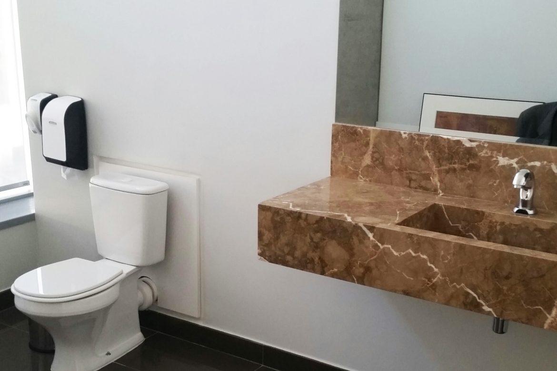Faça um banheiro particular para a sala da diretoria sem grandes reformas